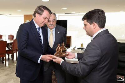 Presidente Jair Bolsonaro, deputado federal Luiz Ovando e o prefeito de Nioaque, Valdir Júnior