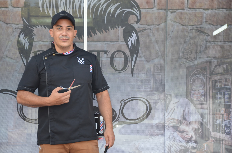 José Carlos em frente a barbearia