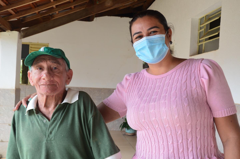 Maristela posa para foto ao lado de morador do Asilo.