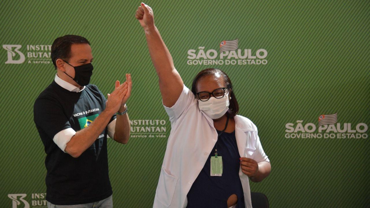 Primeira brasileira a ser vacinada
