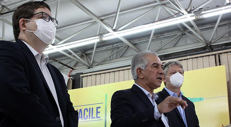 Governador Reinaldo Azambuja (centro) acompanhado do secretário Jaime Verruck (direita) e do diretor-presidente da Energisa, Marcelo Vinhais (esquerda)