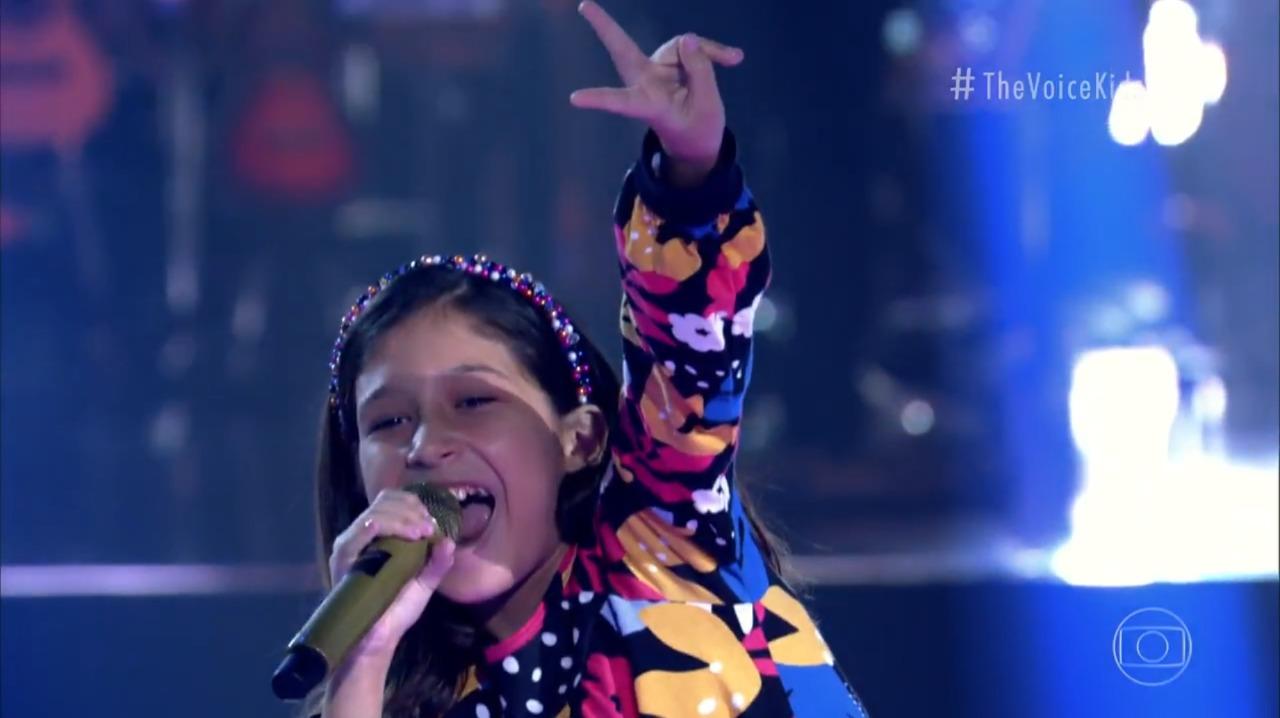 Sophia Lara se diverte em apresentação ao vivo
