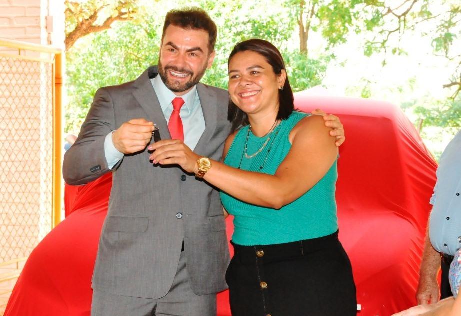 Juiz Luciano Beladelli entregando as chaves para Maristela Prado. (Foto: Samara Oliveira)